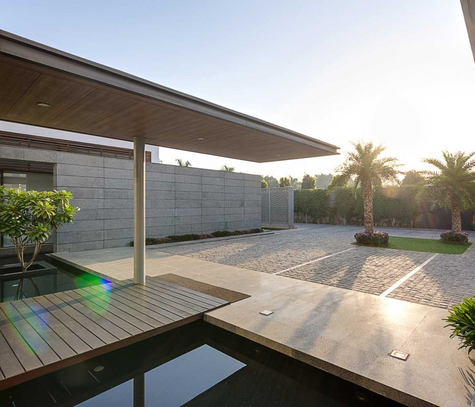 Contemporary new delhi villa with amazing courtyard and water features