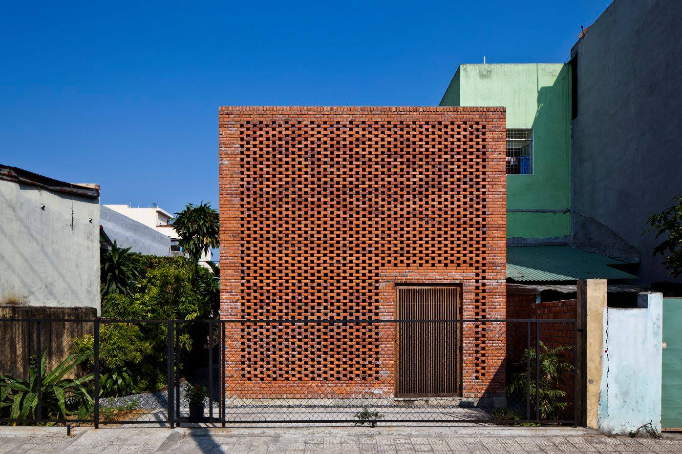 Brick Exterior: A Creative Brick House Controls The Interior Climate And
