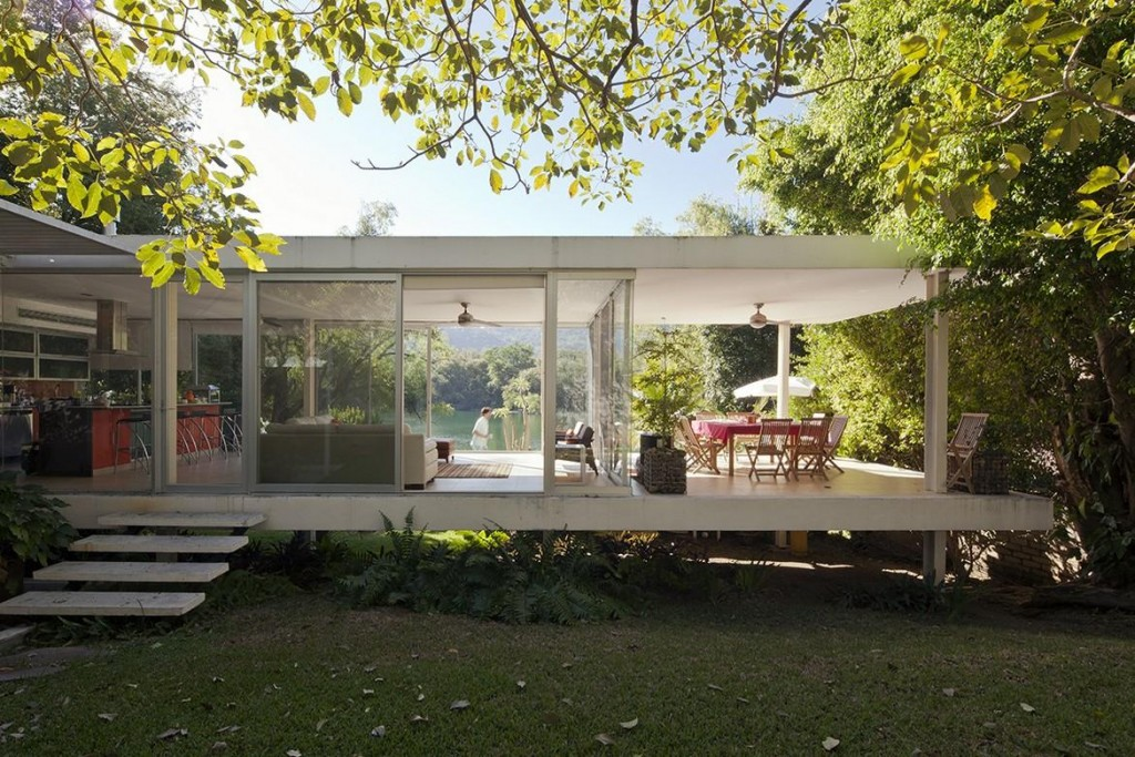 A farnsworth inspired weekend house on the edge of a crater