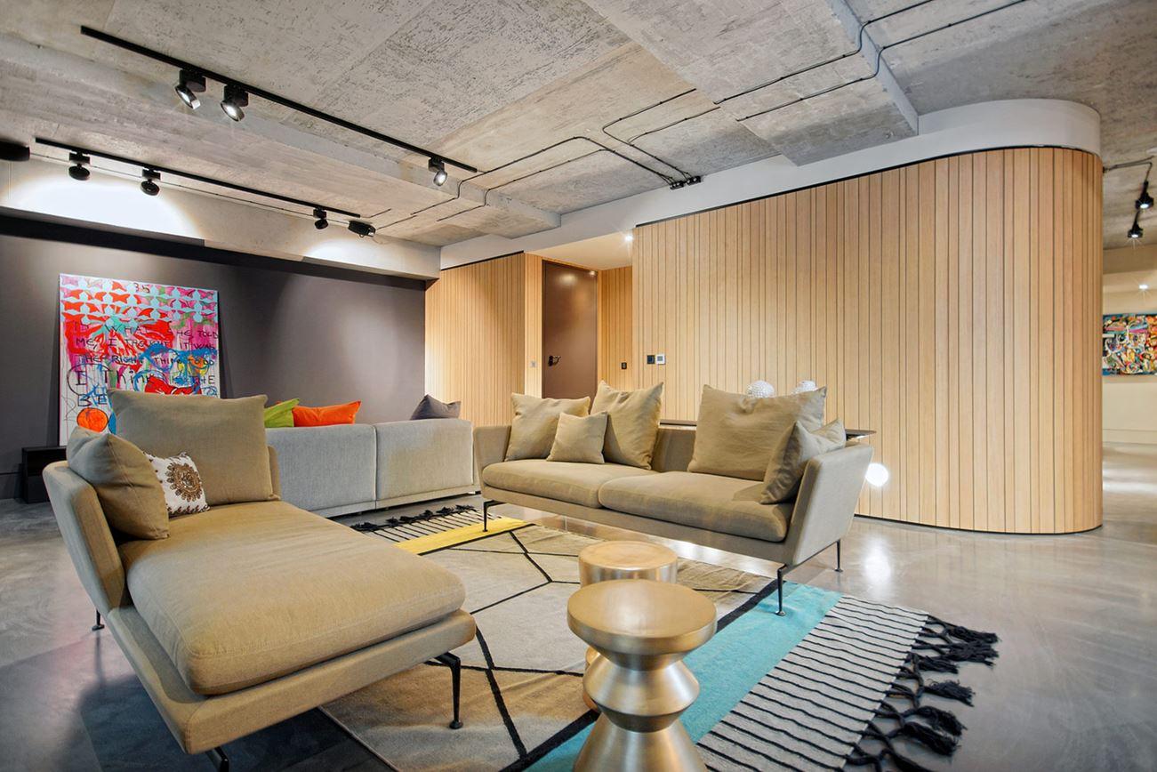 Drei Luxuriöse Apartments Mit Dunklen Modernen Interieur