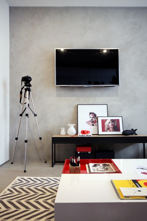 This space offers useful inspiration for those who cannot hang artwork on the walls because of material and rental concerns