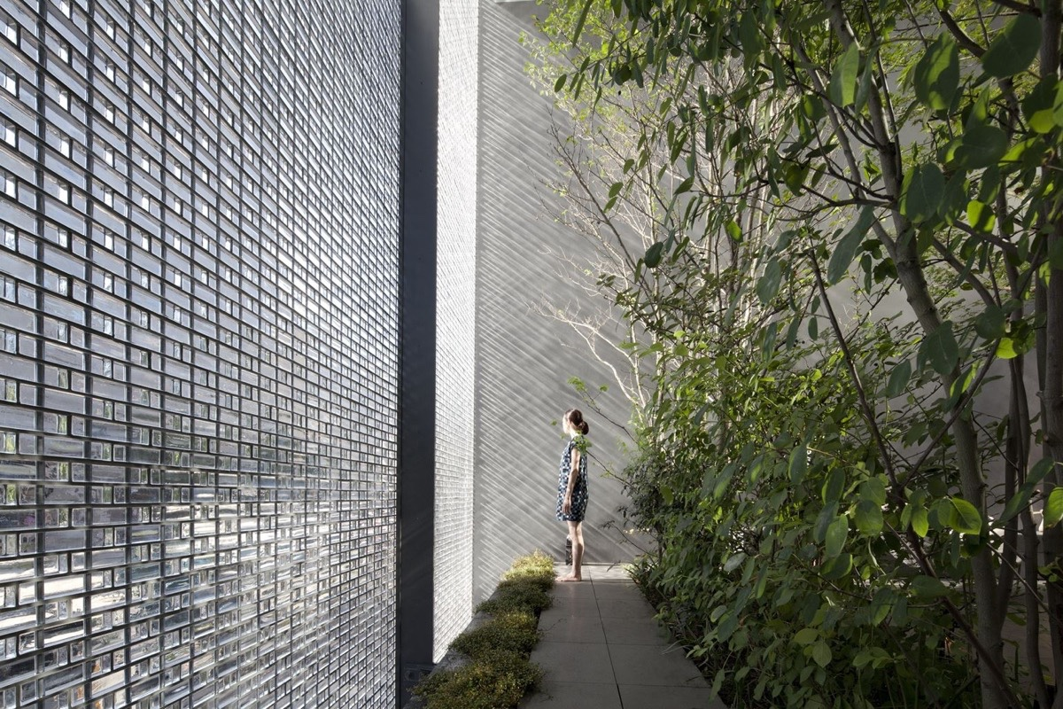 An incredible interior courtyard shielded by optical glass bricks
