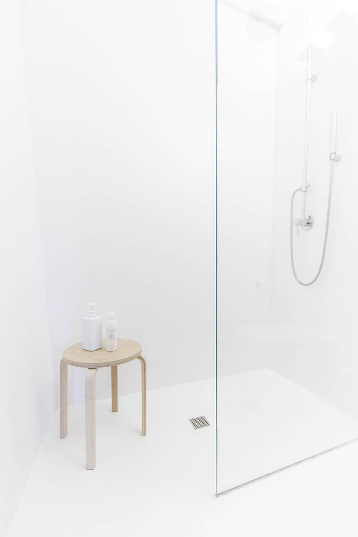 Bathroom With Chair Rail: 3 Light And Bright Apartments Celebrating White Space