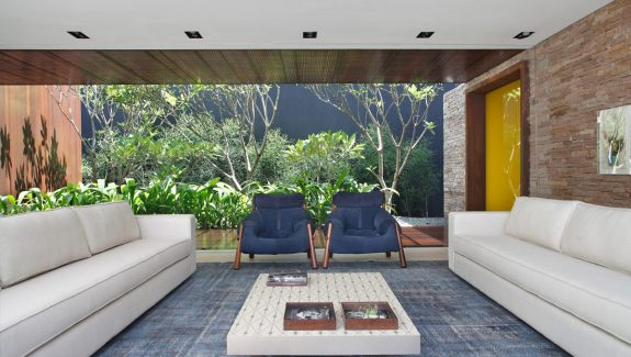 Luxury Endangering With Indoor-Outdoor Family Living Spaces