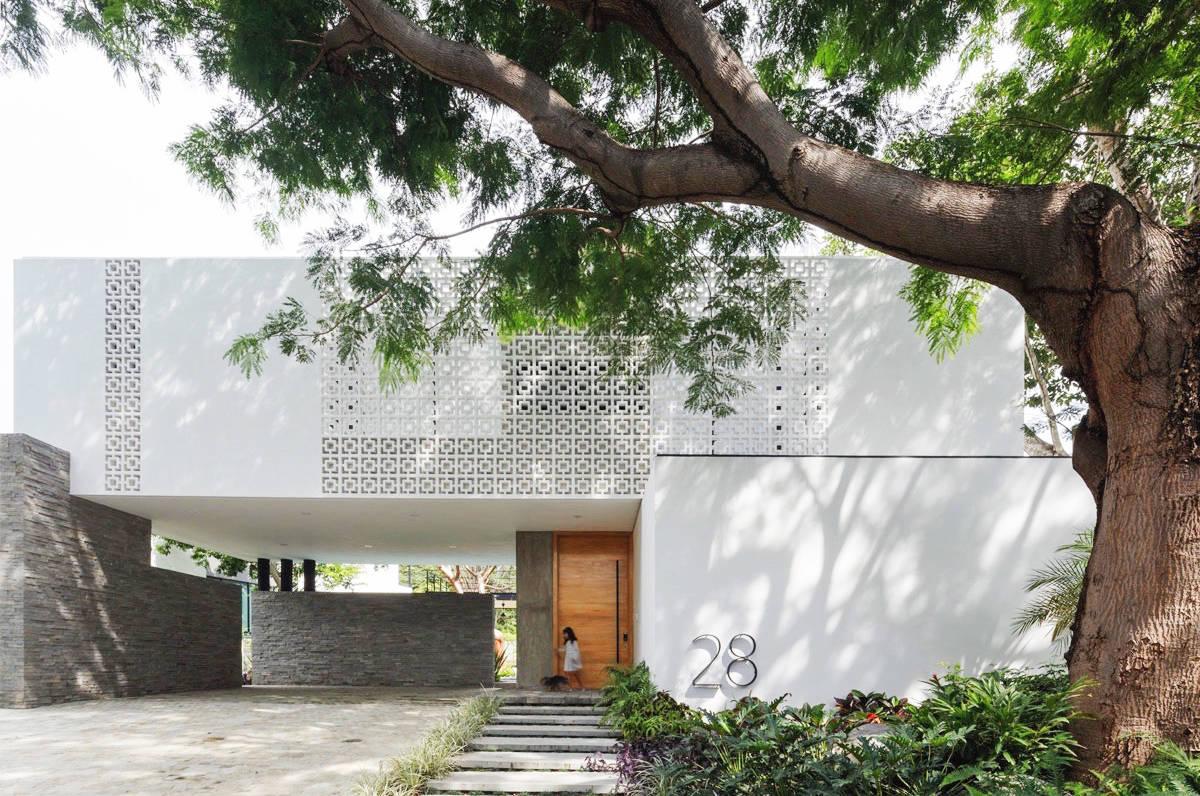 墨西哥豪华家庭住宅有一个纸树庭院